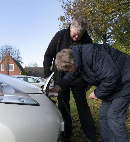 28-10-2019 KNHM Zijldijk Zonnedorpen Zijldijk, Garsthuizen. Willem Schaap en Rika Brik. Zonnepanelen. Elektrische deelauto ©Foto: Hoge Noorden/Jaap Schaaf
